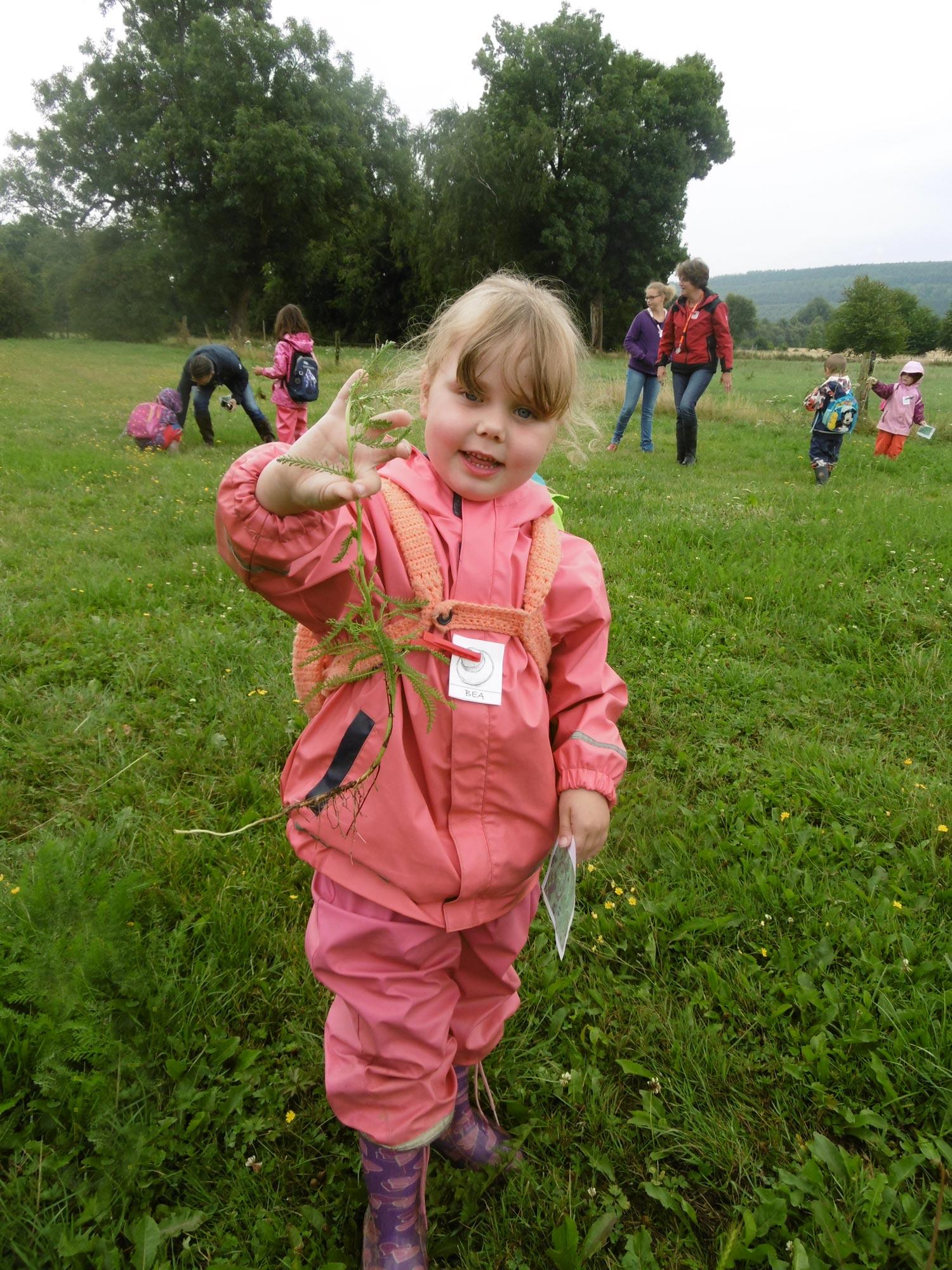 Kinder entdecken spannendes auf der Wiese